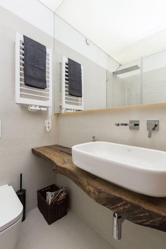 Lustro z podświetleniem w łazience z drewnianym blatem pod umywalkę