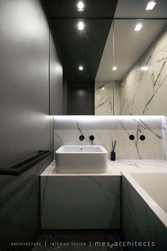Lustro w łazience z czernią i marmurem