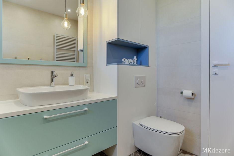 Miętowa rama lustra w łazience