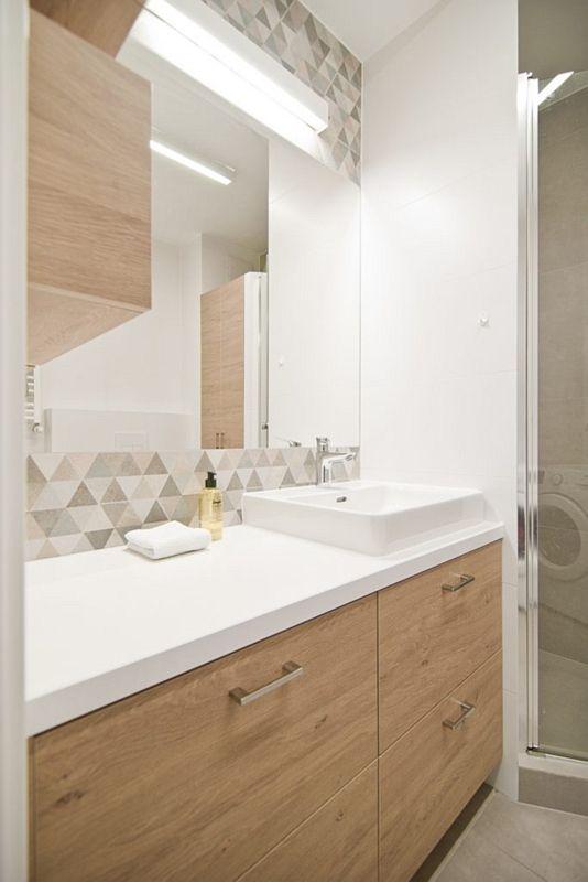 Lustro w aranżacji jasnej łazienki