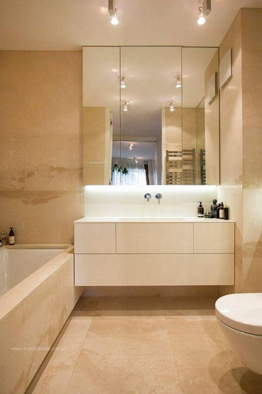 Beżowa łazienka z lustrem na frontach szafek