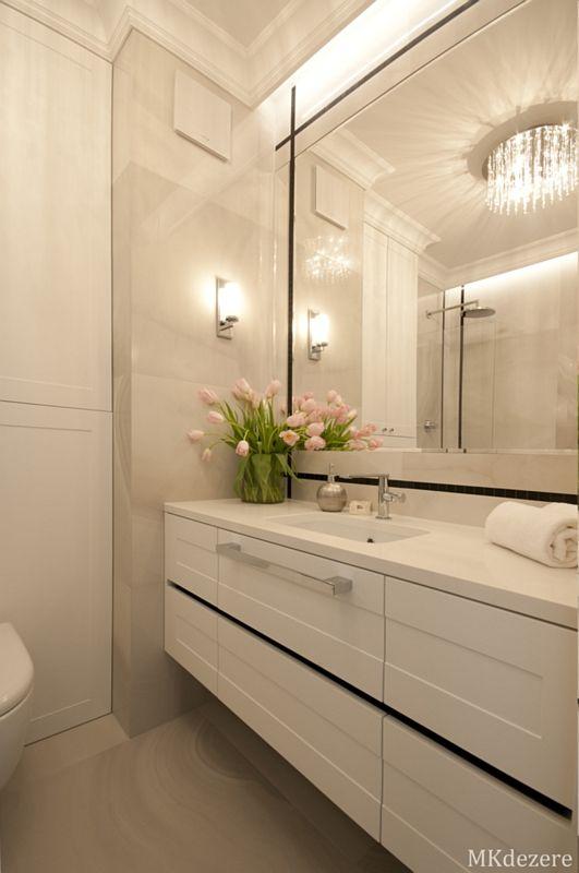 Duże lustro w łazience z żyrandolem glamour