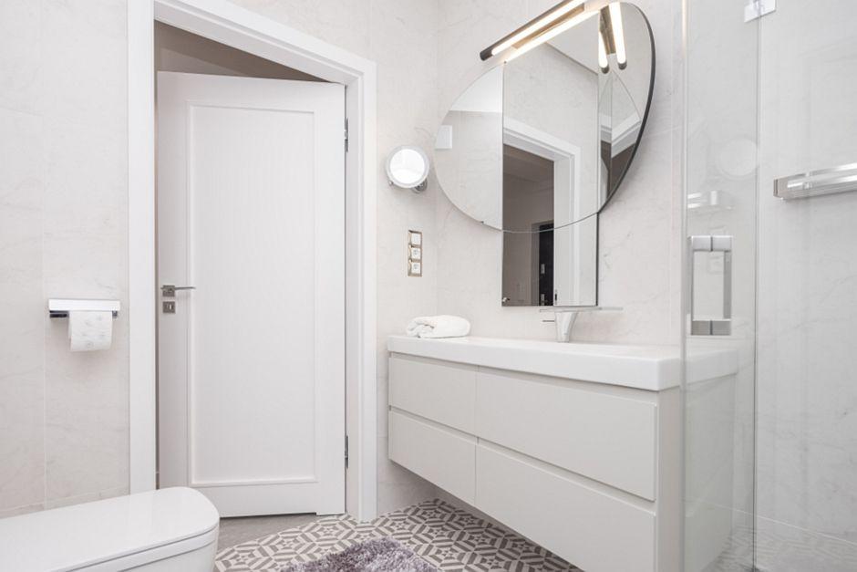 Lustro składane w białej łazience