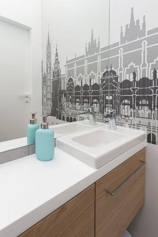 Lustro w łazience z fototapetą