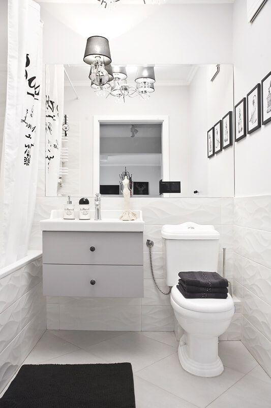 Duże lustro w łazience w stylu skandynawskim