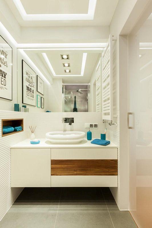 Duże lustro w jasnej łazience