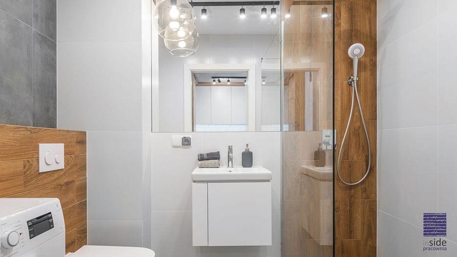 Lustro w łazience z elementami drewna