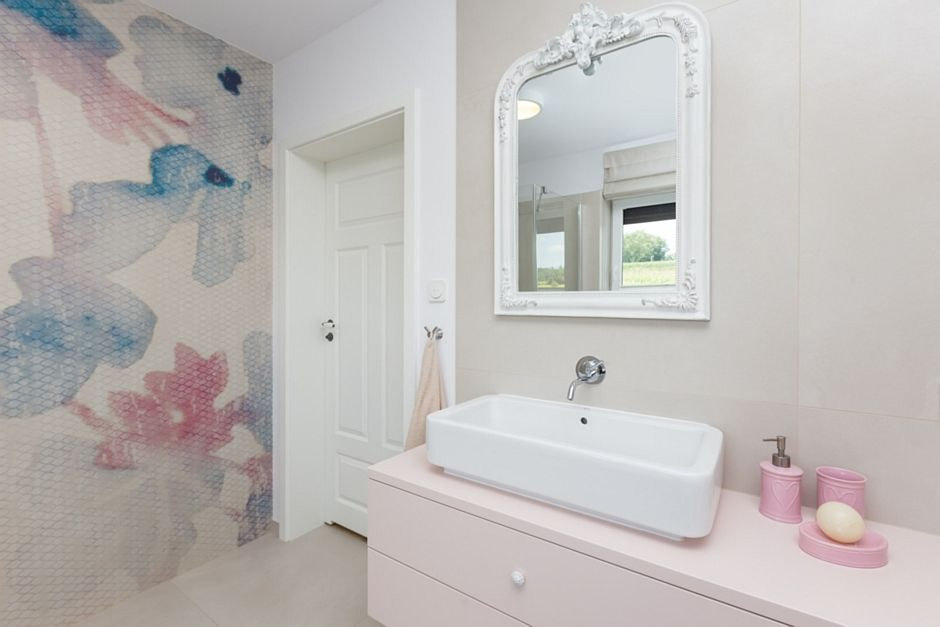 Lustro w ozdobnej postarzanej ramie w łazience z fototapetą na ścianie