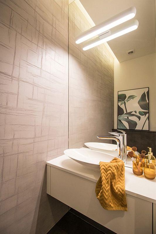 Lustro pokrywające całą ścianę w łazience z umywalką o cienkim rancie
