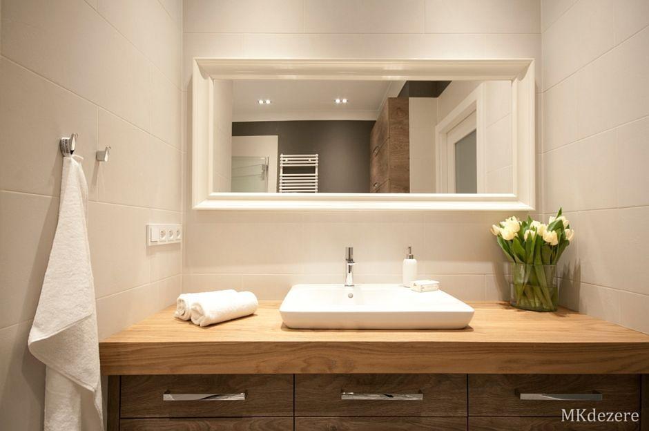 Duże lustro w białej drewnianej ramie w łazience