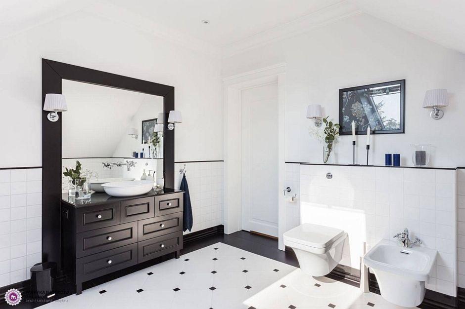 Prostokątne lustro w dużej łazience