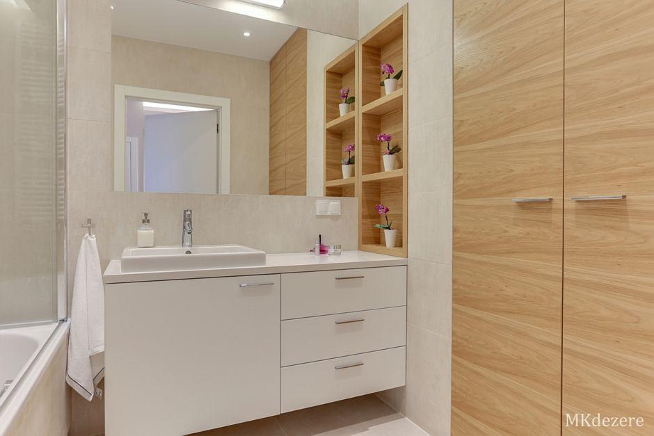 Lustro w łazience z drewnem i bielą