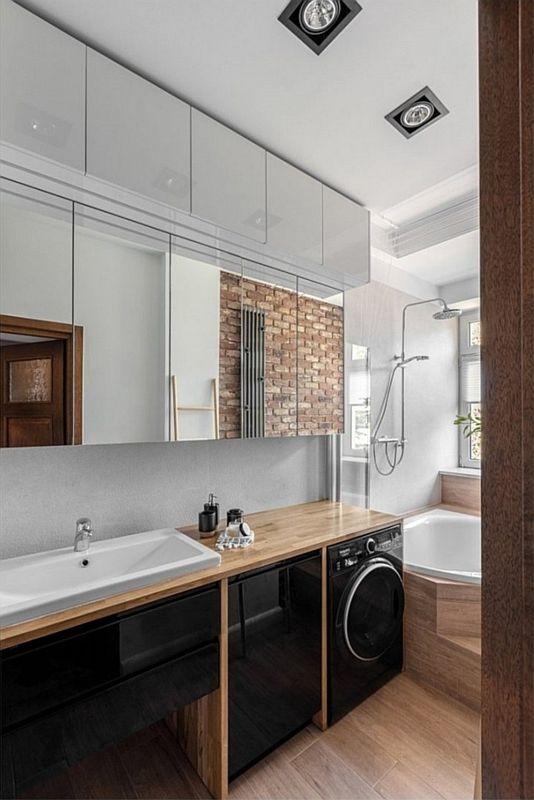 Szafki z lustrzanymi frontami w wąskiej łazience