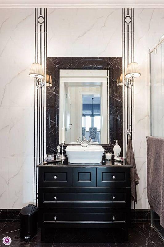 Lustro w marmurowej ramie w eleganckiej łazienki