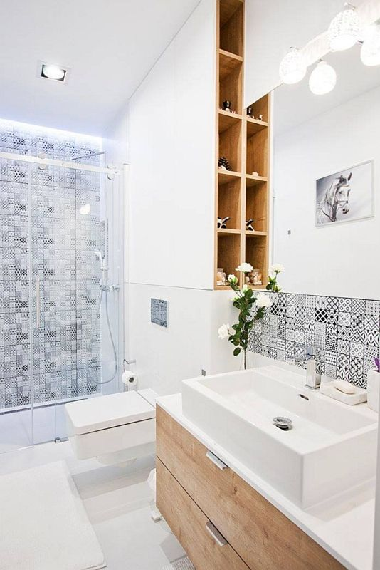 Łazienka z lustrem i drobnym patchworkiem n ścianie