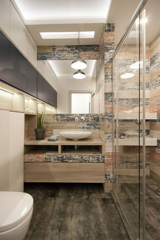 Kwadratowe lustro w łazience z postarzanymi płytkami