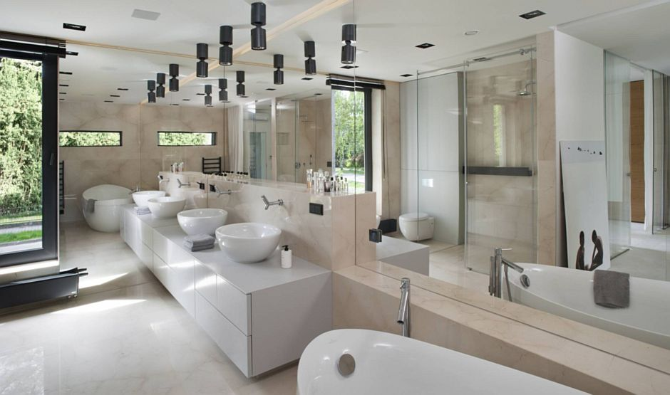 Duże lustro w łazience dla dwojga z wanną wolnostojącą