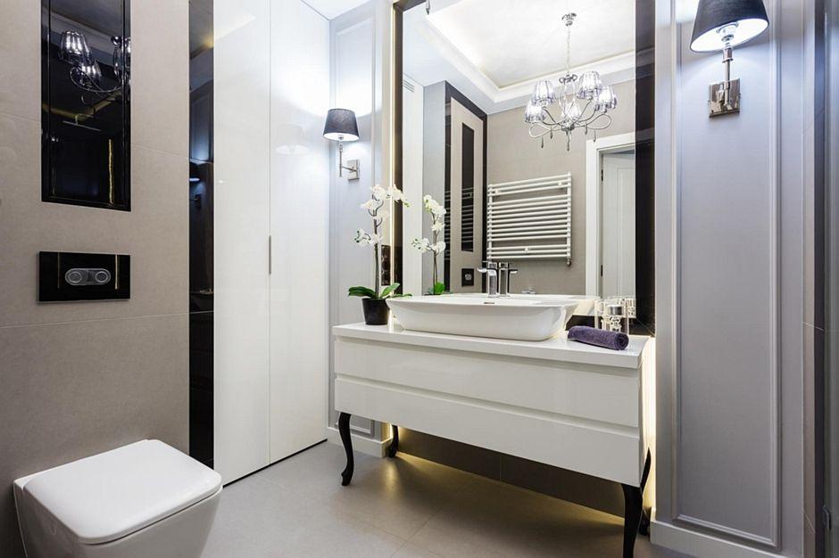 Lustro w czarnej ramie w łazience glamour