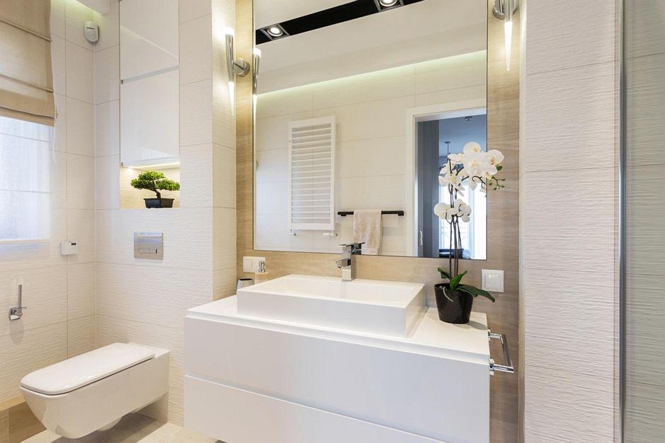 Jasna łazienka z dużym lustrem