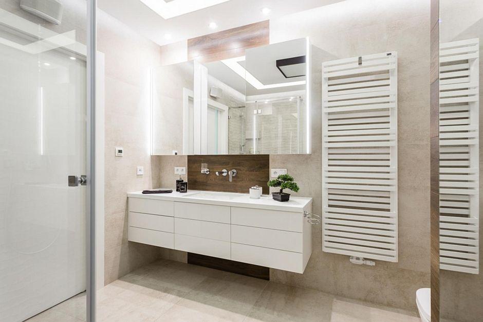 Szafki z lustrzanymi frontami w aranżacji łazienki