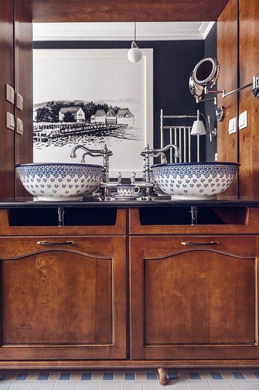Lustro w łazience z drewnianą szafką i ręcznie malowanymi umywalkami