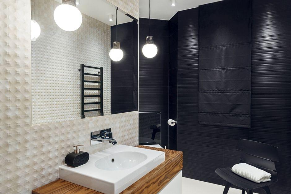 Lustro w łazience ze strukturalnymi płytkami