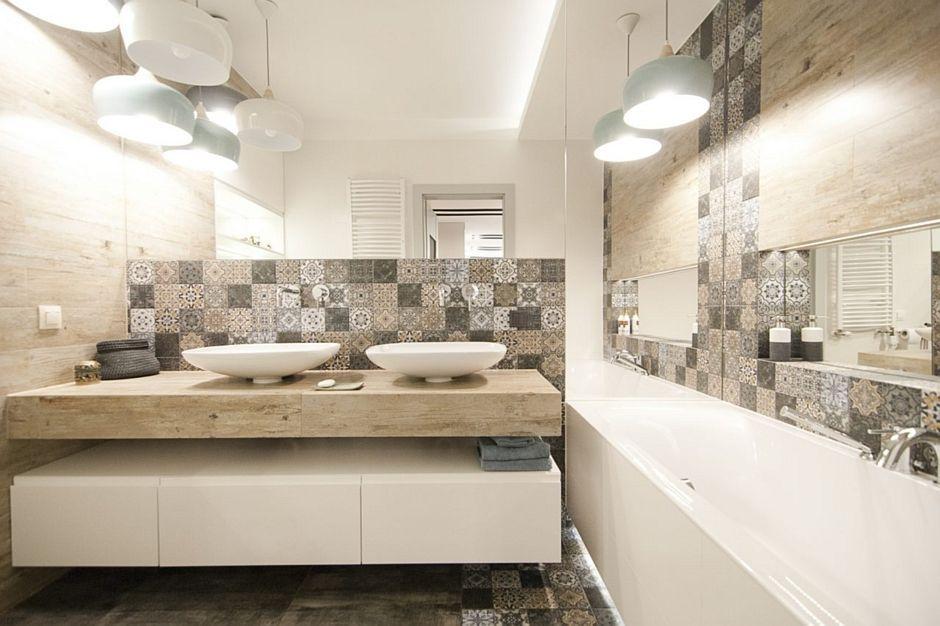 Łazienka dla dwojga w odcieniach brązu oraz beżu z dużym lustrem