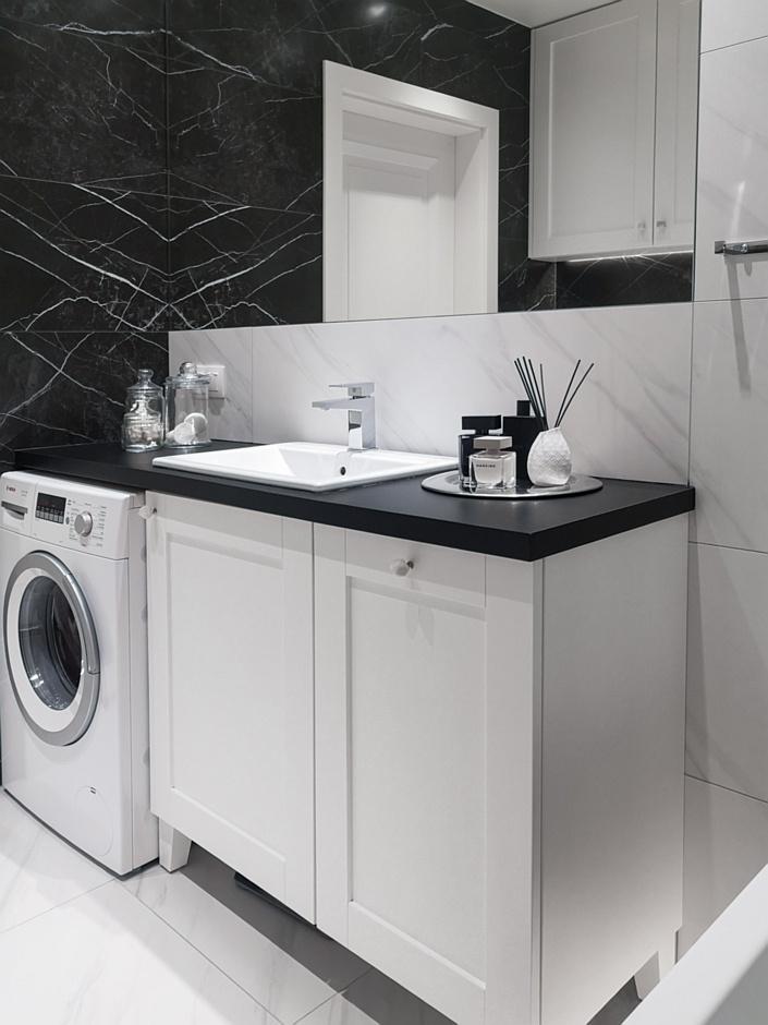 Czarno-biała łazienka z umywalką wpuszczoną w blat