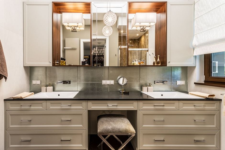 Elegancka łazienka z lustrami we wnękach