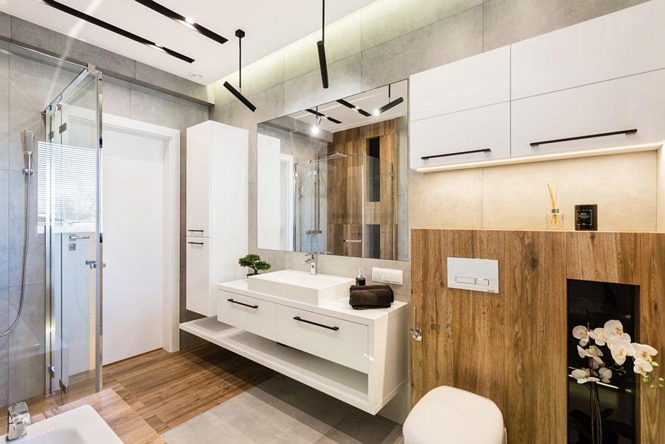 Duże prostokątne lustro w łazience z elementami drewna