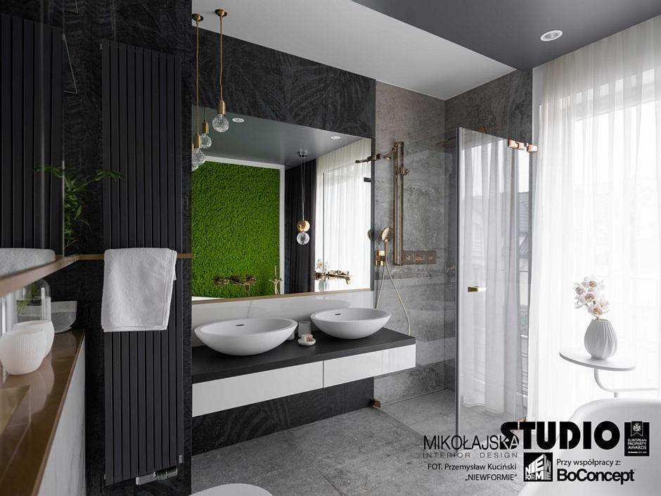 Aranżacja łazienki dla dwojga w eleganckim stylu z dużym lustrem