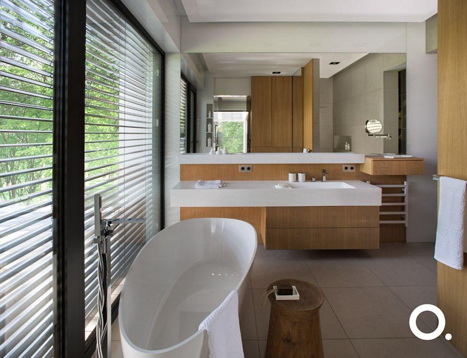 Duże lustro w łazience z wanną wolnostojącą