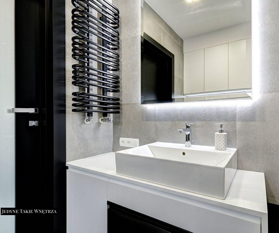 Lustro z podświetleniem w aranżacji łazienki