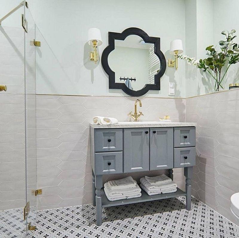 Lustro arabeska w aranżacji łazienki ze złotą armaturą