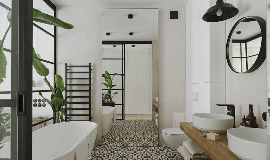 Łazienka w stylu loft z dużym lustrem i wrzozastymi płytkami na podłodze