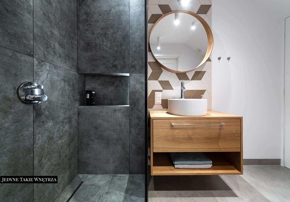 Okragłe lustro w aranżacji łazienki z kabiną walk-in