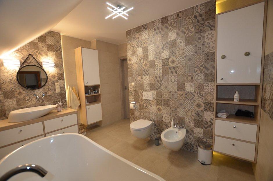 Elegancka łazienka z dębowymi meblami w bielonym kolorze