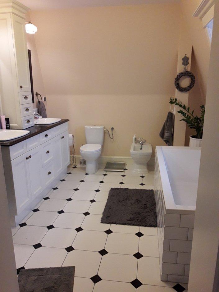 Biało-czarne płytki w stylu retro na podłodze w łazience