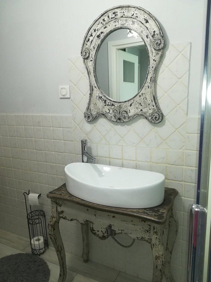 Postarzana rama lustra oraz konsola pod umywalke w łazience