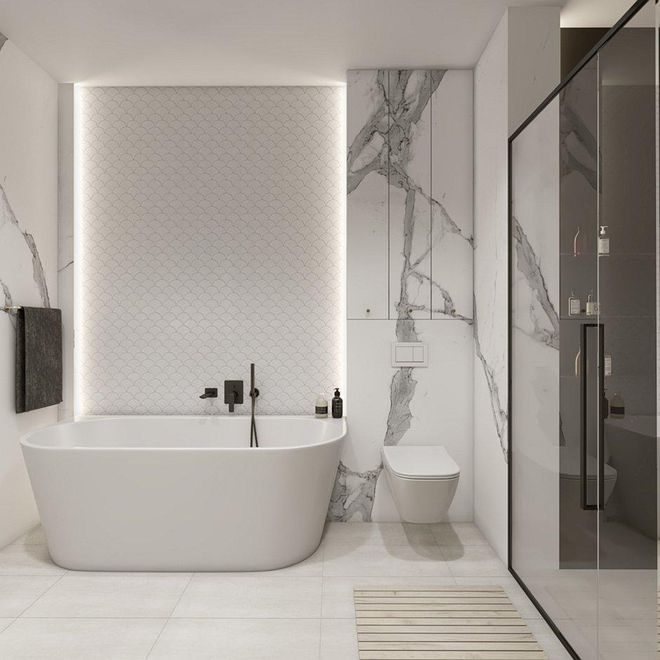Wanna wolnostojąca przyścienna w jasnej łazience z marmurem