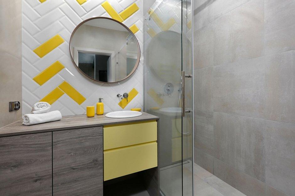 Aranżacja małej łazienki z żółtymi elementami