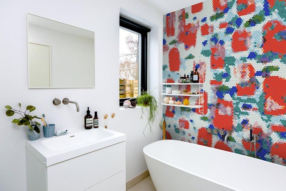 Mozaika heksagonalna na ścianie w łazience