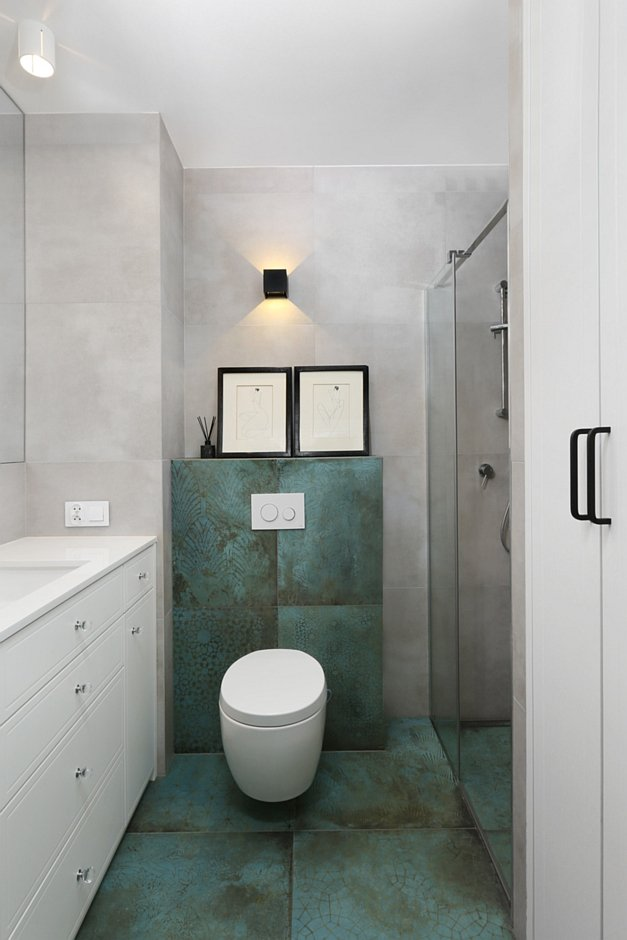 Postarzane płytki na podłodze w łazience