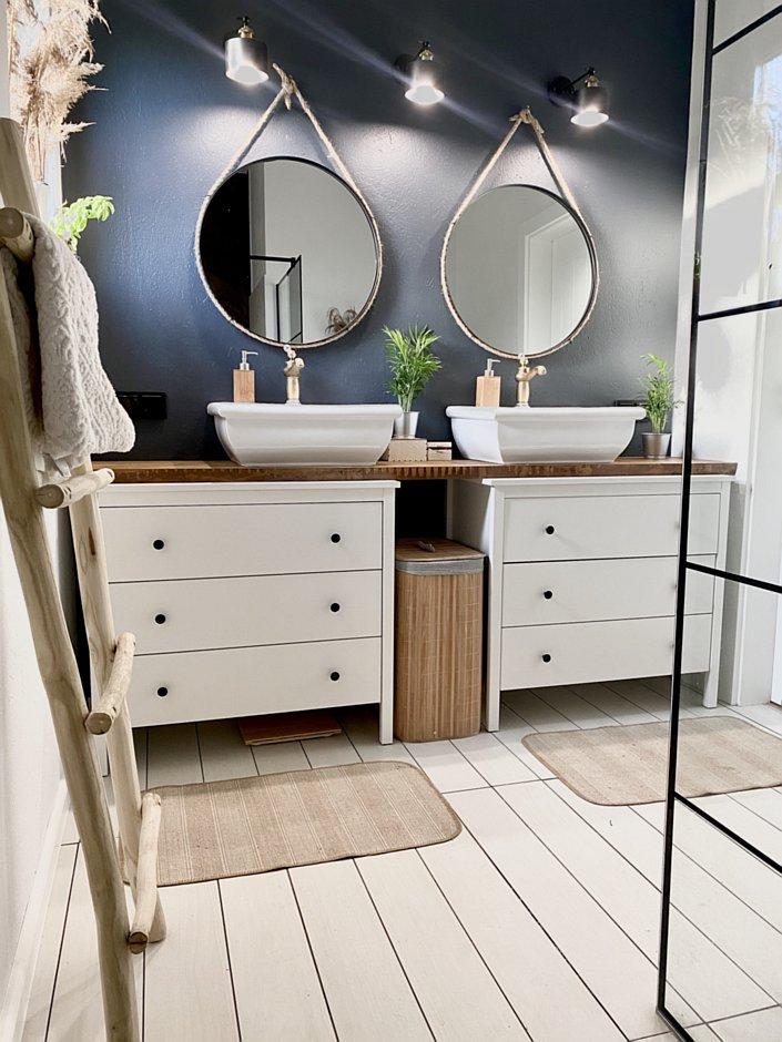 Aranżacja łazienki dla dwojga z lustrami na pasku