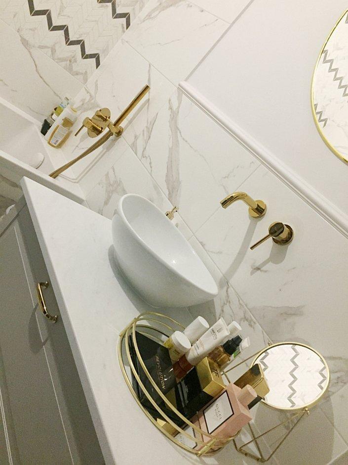 Elegancka łazienka z marmurem na ścianie