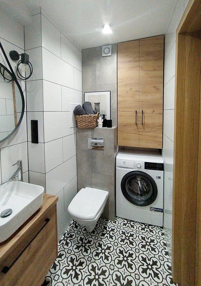 Wnęka na pralkę w małej łazience w bloku