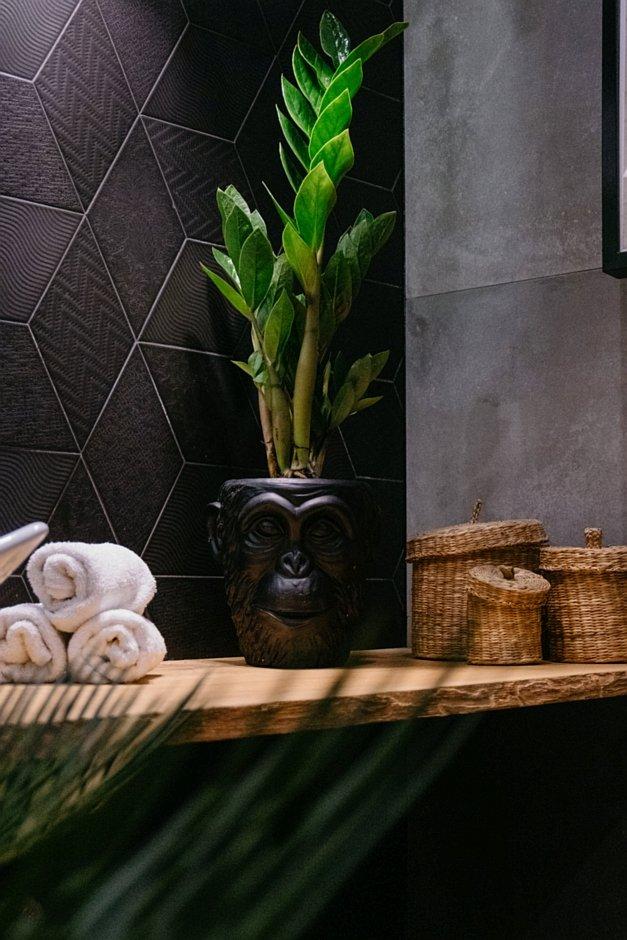 Doniczka dekoracyjna małpa w łazience