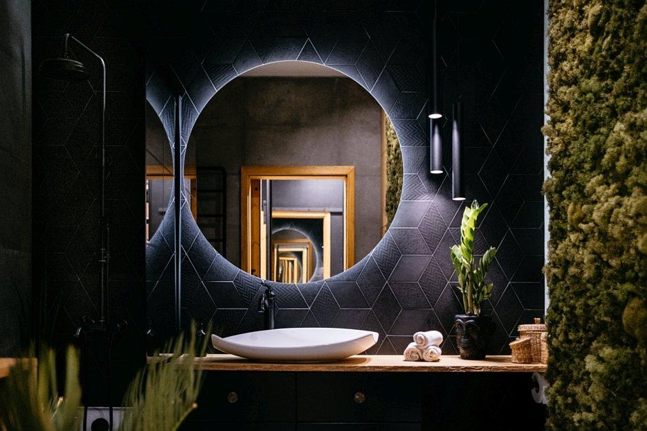 Czarne płytki na ścianie za lustrem