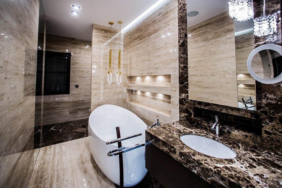 Aranżacja marmurowej łazienki z wanną wolnostojącą
