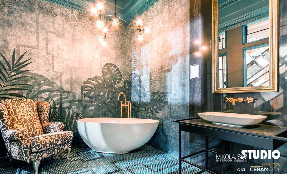 Łazienka z wolnostojącą wanną i tropikalną tapetą